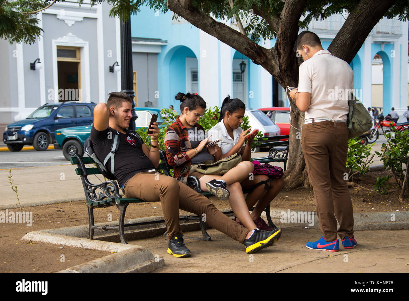 En utilisant l'internet wifi à Cienfuegos, Cuba Photo Stock