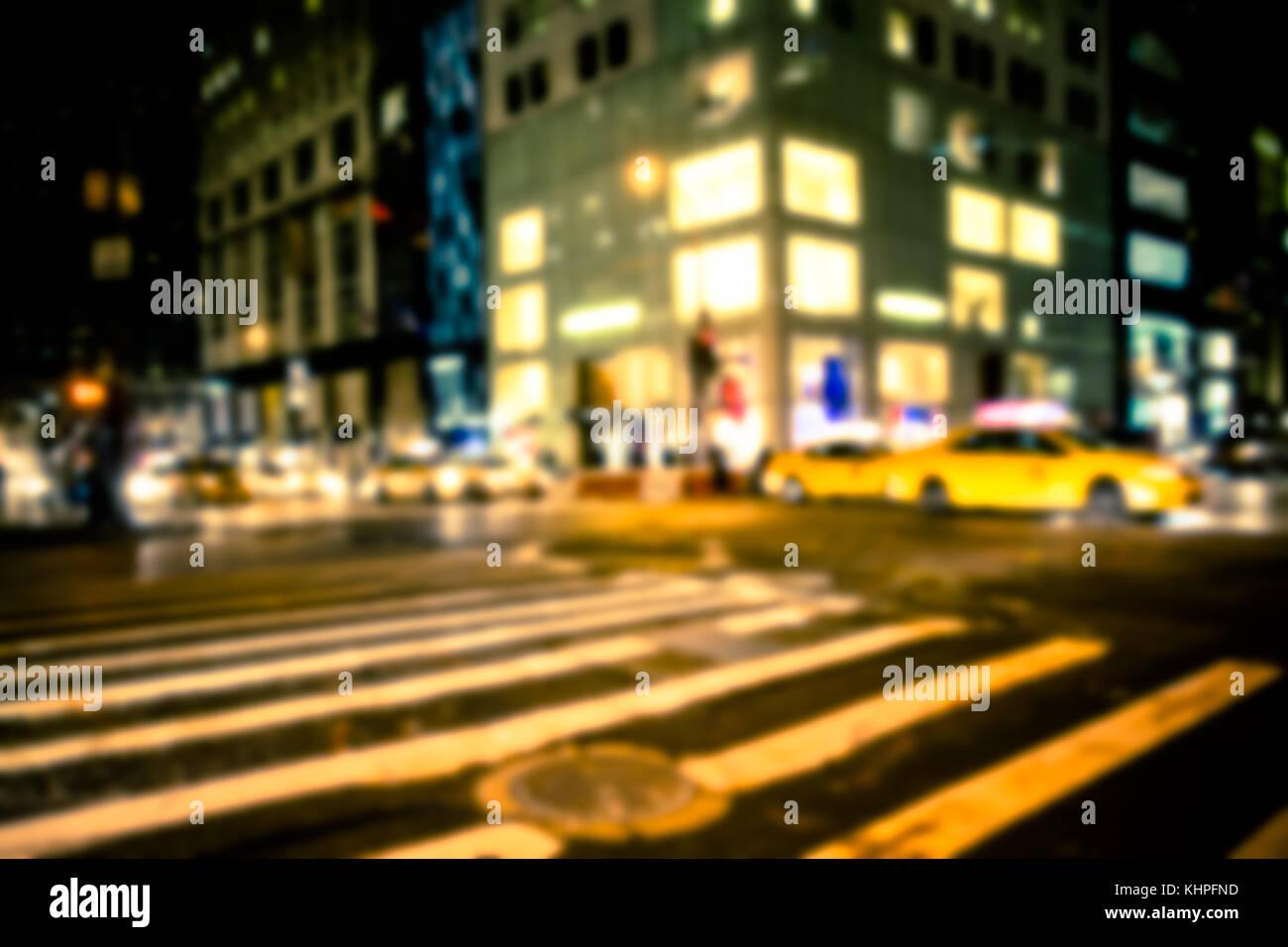 New York City street nuit flou artistique flou avec taxi et bâtiments Photo Stock