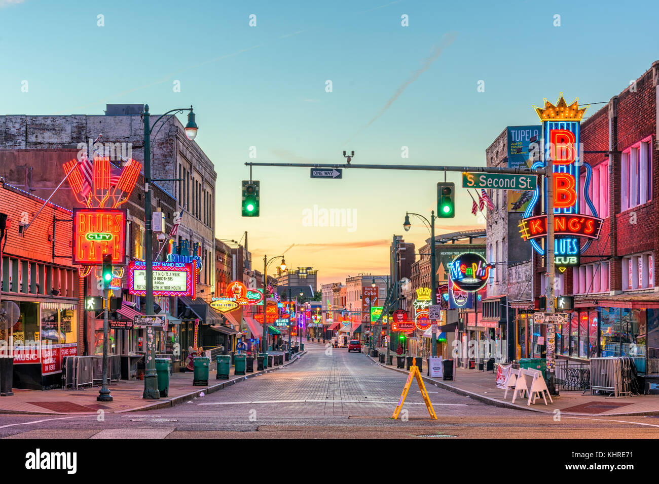 Memphis, Tennessee - 25 août 2017: blues clubs sur les lieux historiques de Beale street, au crépuscule. Photo Stock
