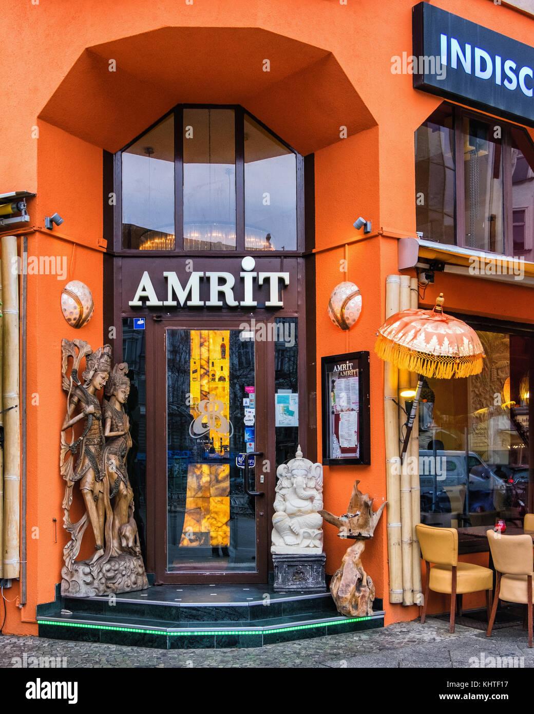Berlin Schöneberg. L'Amrit Restaurant Indien. Entrée colorée avec scultural détails sur coin de rue Banque D'Images