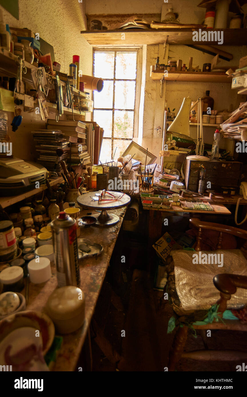 étagères Encombrées Et Banc De Travail En Atelier De Poterie Atelier