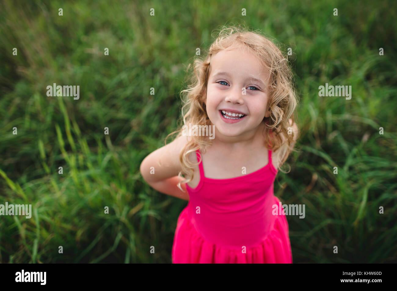 Portrait de jeune fille blonde dans l'herbe Banque D'Images