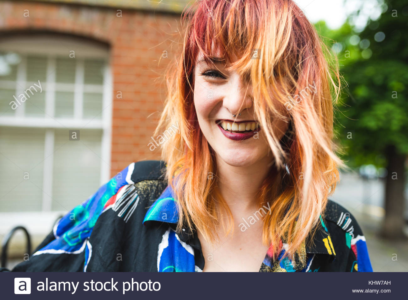 Portrait de jeune femme aux cheveux teints dip laughing Photo Stock