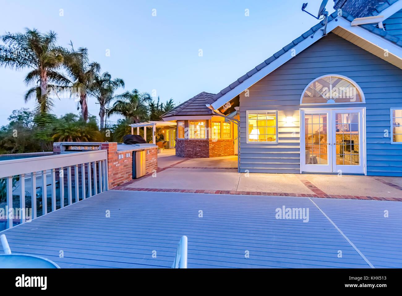 Grande maison avec grand bleu l'arrière-cour deckfrom au crépuscule. Superbe maison en Californie dans le comté de San Diego. real estate listings avec de puissantes visua Banque D'Images