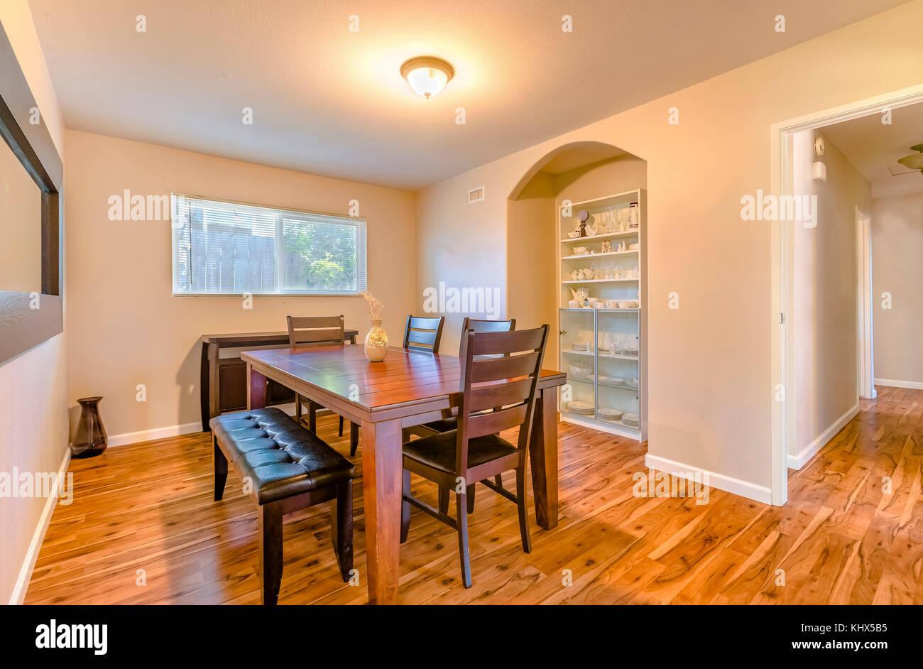 Petite salle à manger avec parquet et table en bois rustique ...