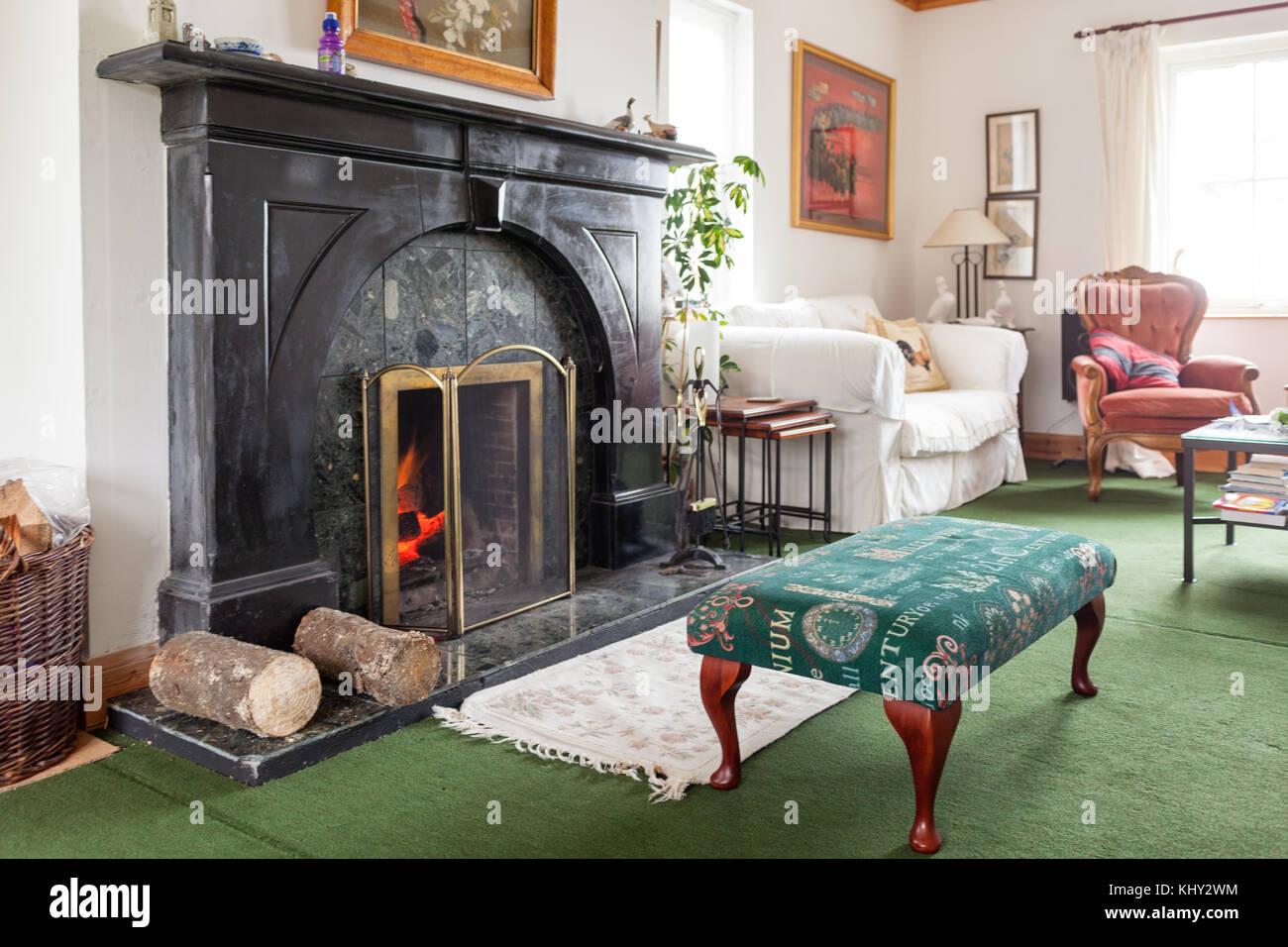 allume feu dans cheminée dans de confortables ou écossais typique