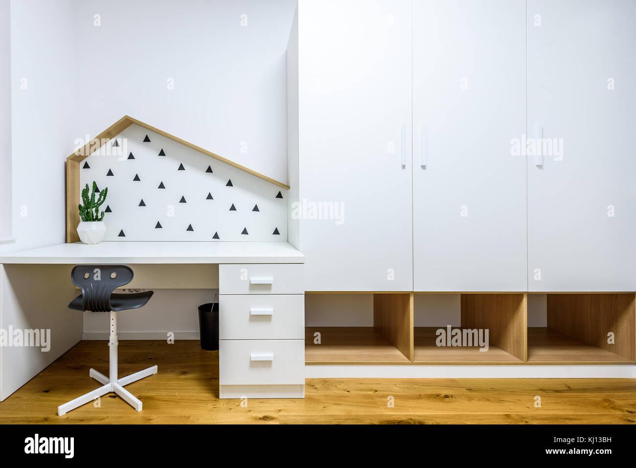 les enfants jouent moderne chambre avec lit et bureau d'étude