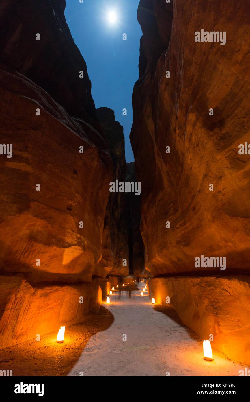 Petra, Jordanie, le 24 décembre 2015, le Conseil du Trésor, Petra de nuit avec la pleine lune. L'ancienne Photo Stock