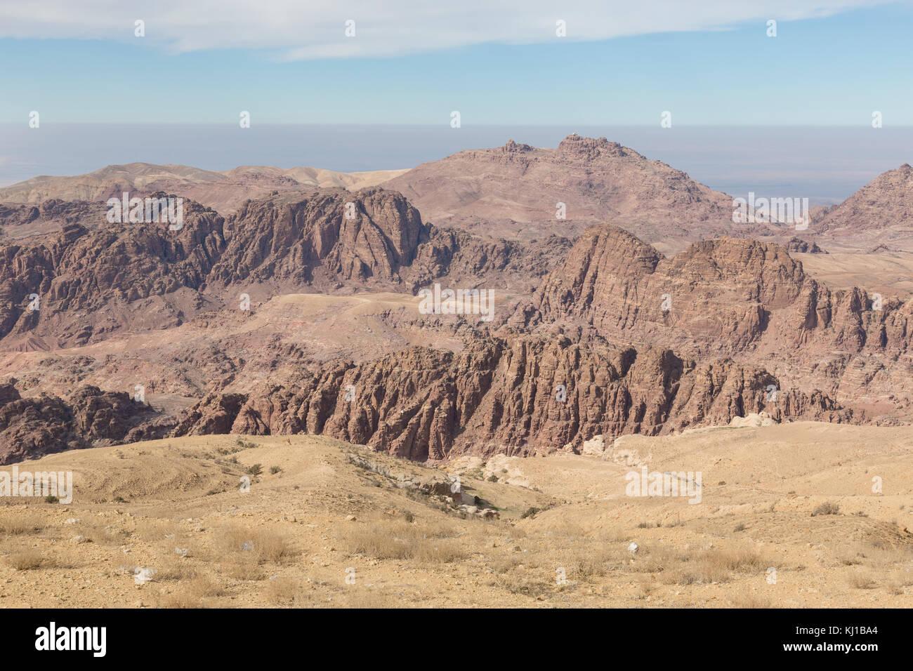 Environs de Petra avec le barrage et l'entrée de la Siq à l'avant-plan, en Jordanie Photo Stock
