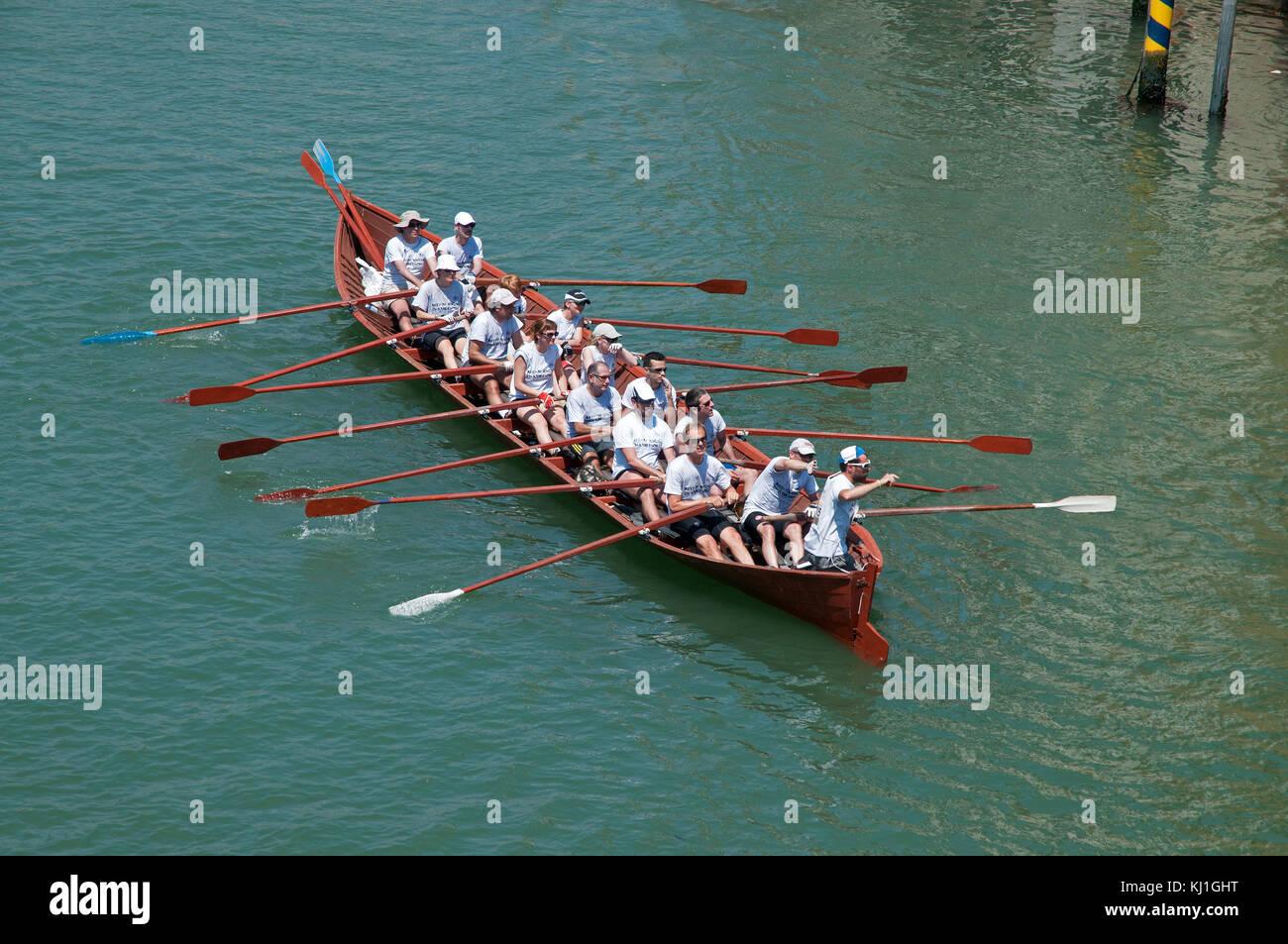 Bateau A Rames Prenant Part A La Volga Lunga Festival D Aviron A Venise Italie Vu Depuis Le Pont De L Accademia Sur Le Grand Canal Photo Stock Alamy