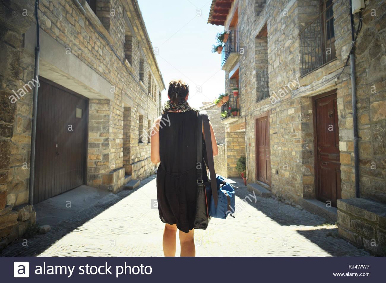 Femme marche dans la rue vide Photo Stock