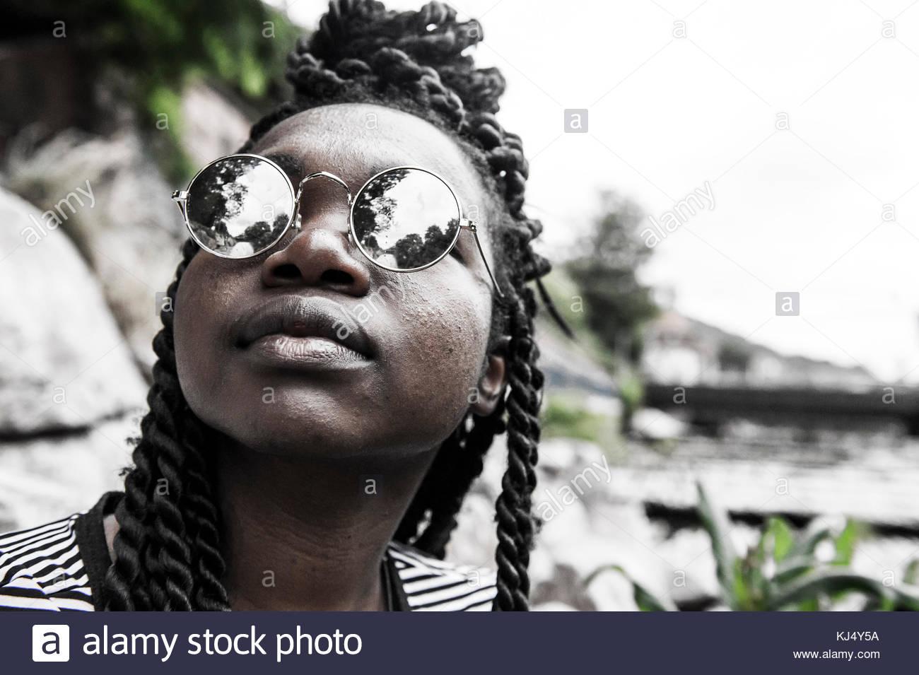 Jeune femme noire élégante avec des lunettes close-up Photo Stock