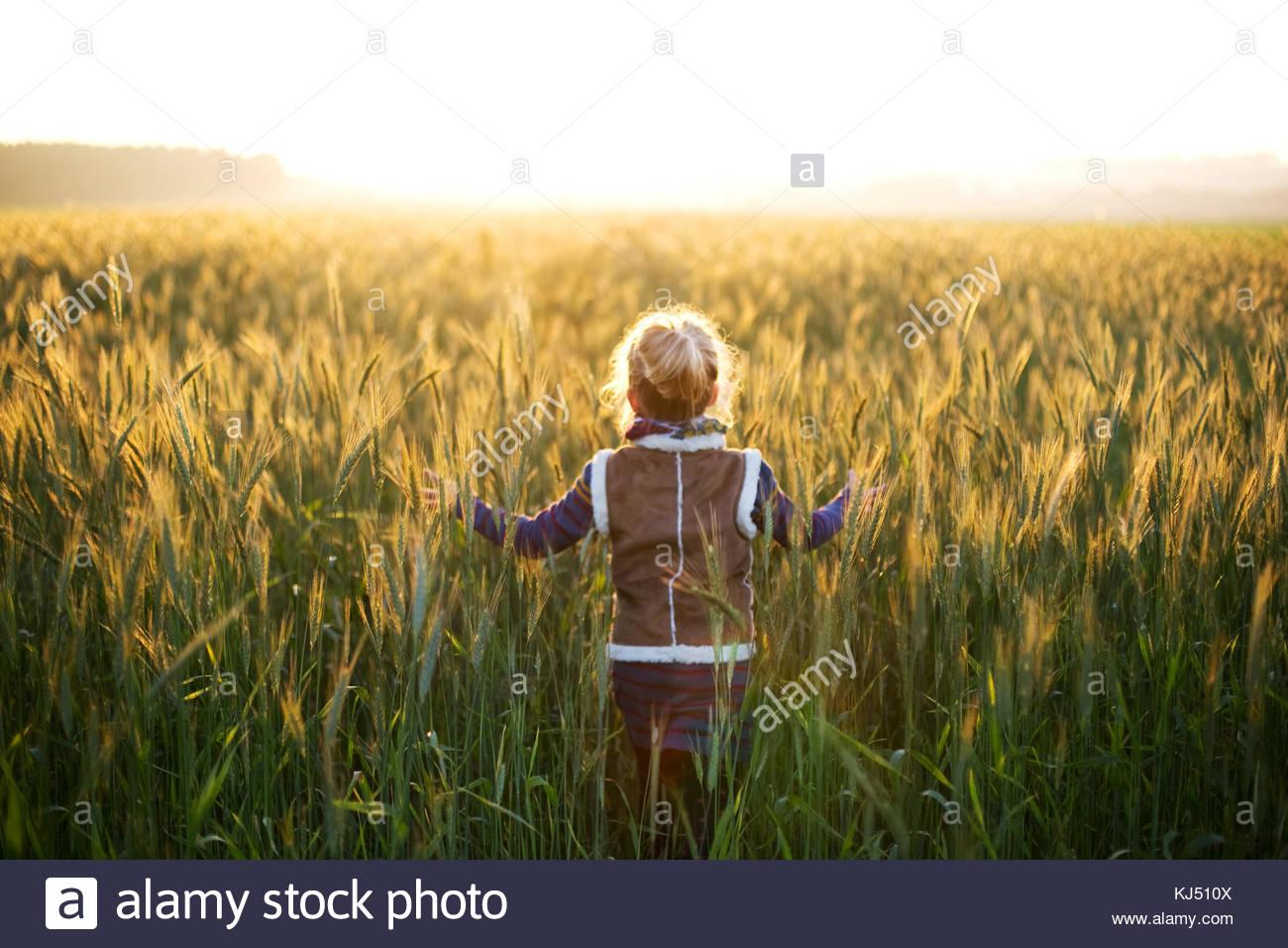 Rire de petites filles dans une prairie lumineuse Photo Stock
