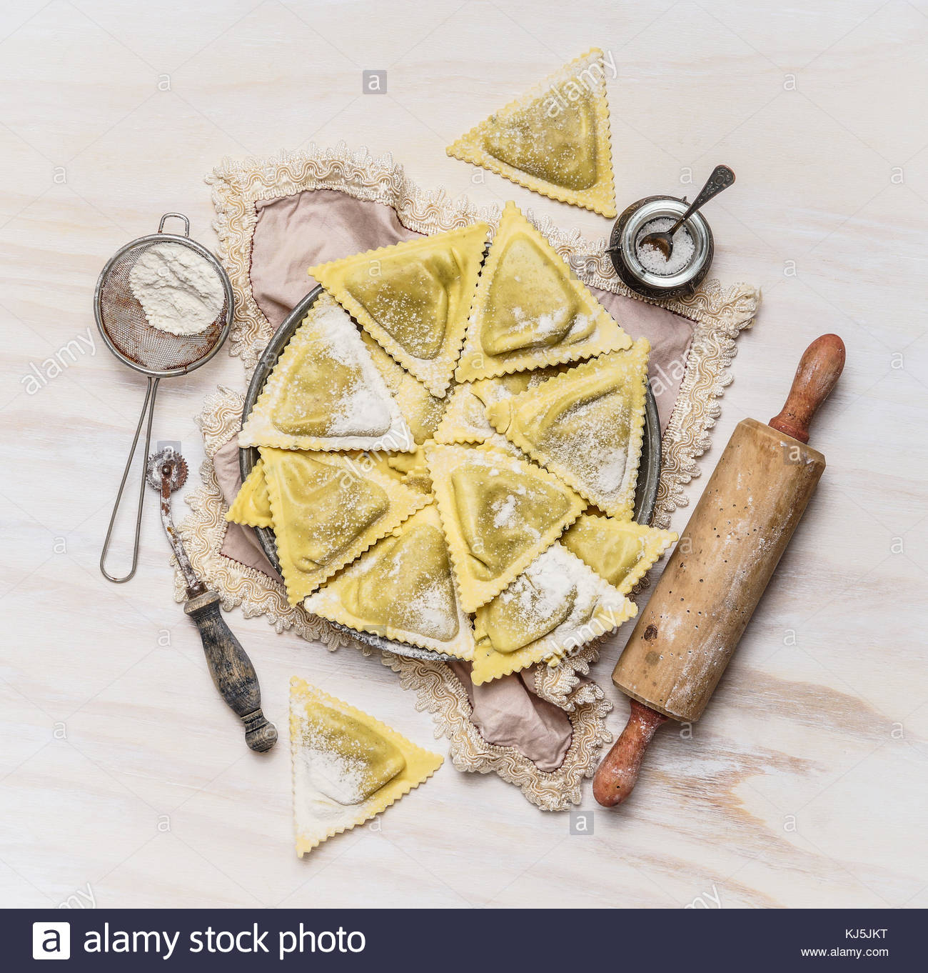 Raviolis triangoli et appareils de cuisine Photo Stock