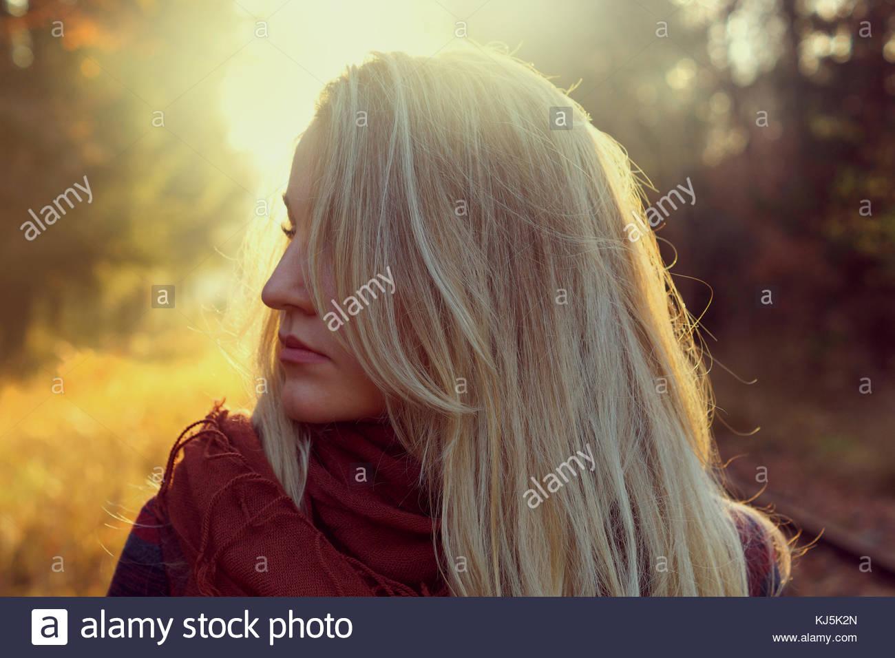 Libre de jeune femme blonde se tourna du côté face. Photo Stock