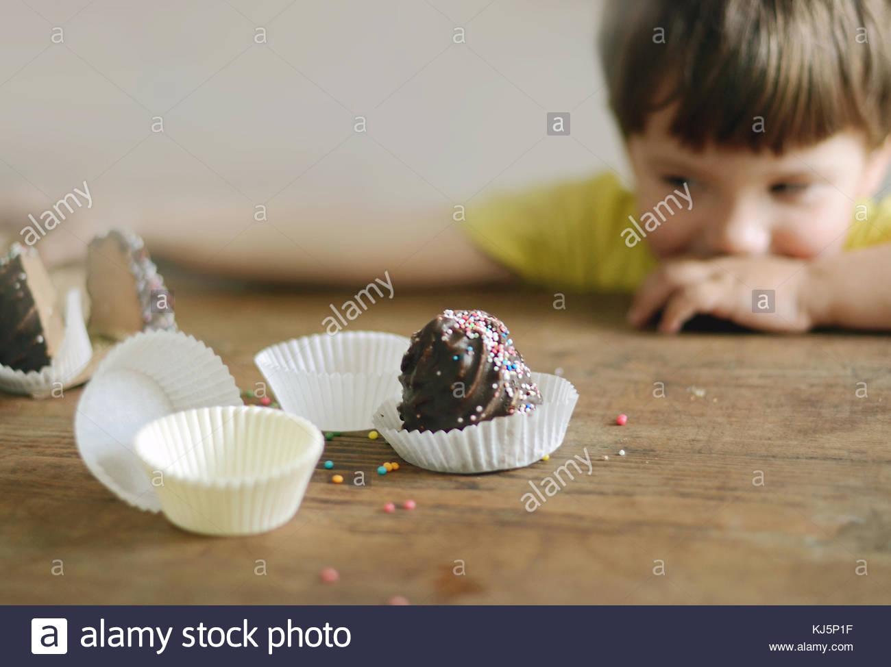Garçon et muffins Photo Stock