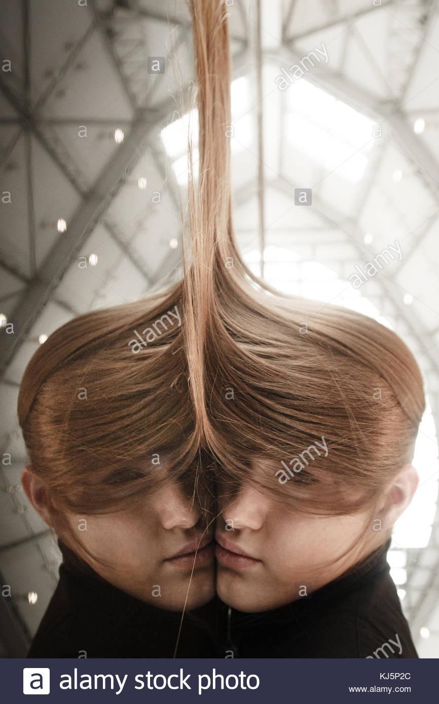 Réflexion portrait d'une femme aux cheveux longs Photo Stock