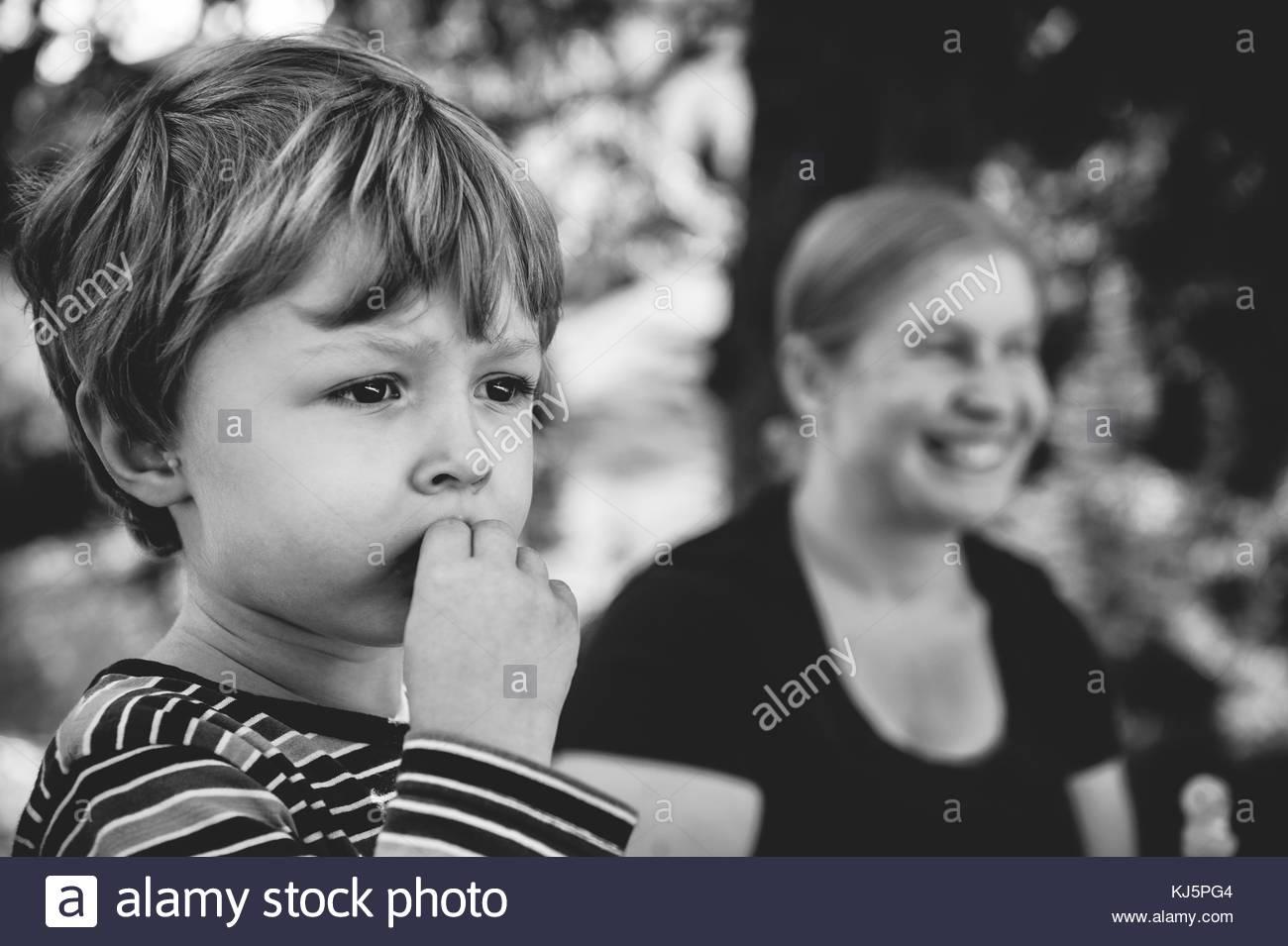 Photo du petit garçon avec la mère à l'arrière-plan Photo Stock