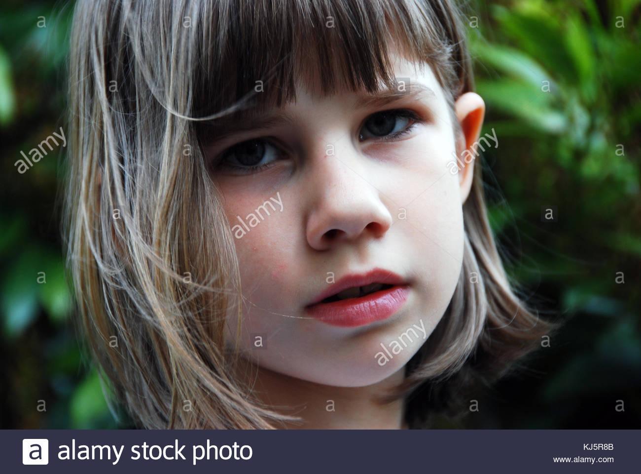 Visage de l'enfant avec un fond vert Photo Stock