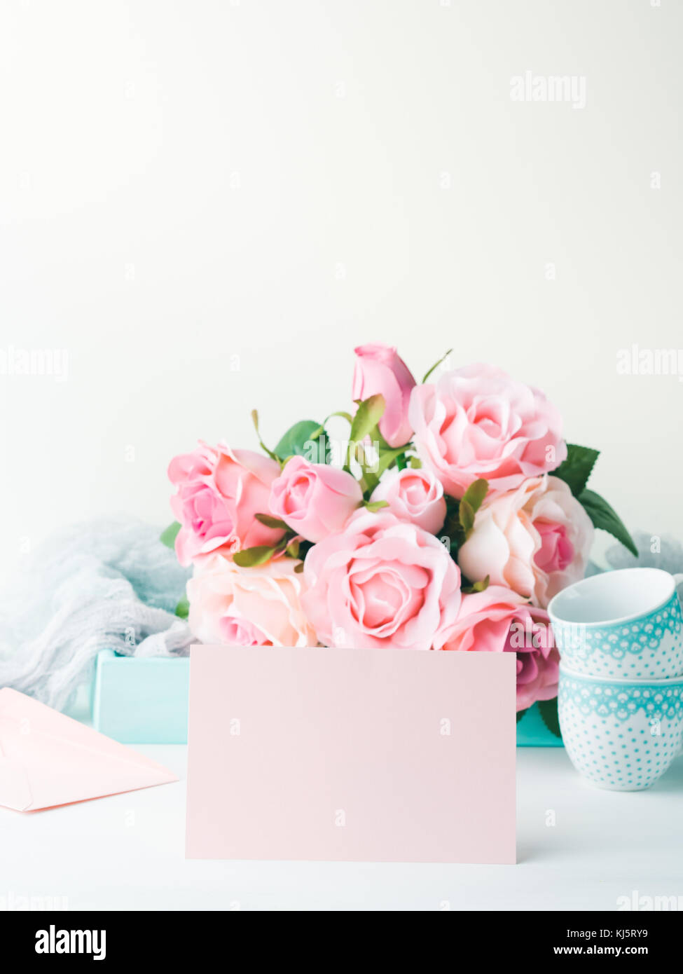 Carte Vierge Du Papier Rose Pour La Saint Valentin Ou La Mere Femme Mariage Anniversaire Bebe Jour Date Romantique Invitation Contexte Avec Bac Textile Romantique Roses Photo Stock Alamy