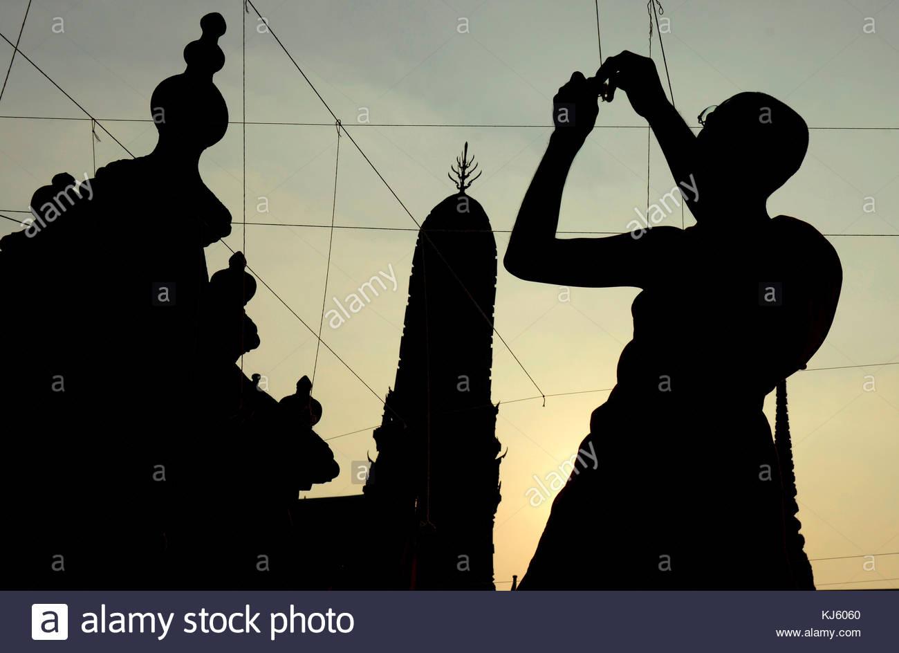 Silhouette d'un moine travaillant dans le temple Photo Stock