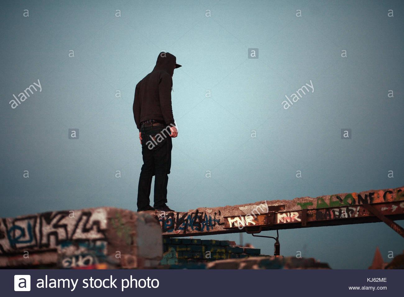 L'homme des jeunes adultes sur le graffiti à pied Photo Stock