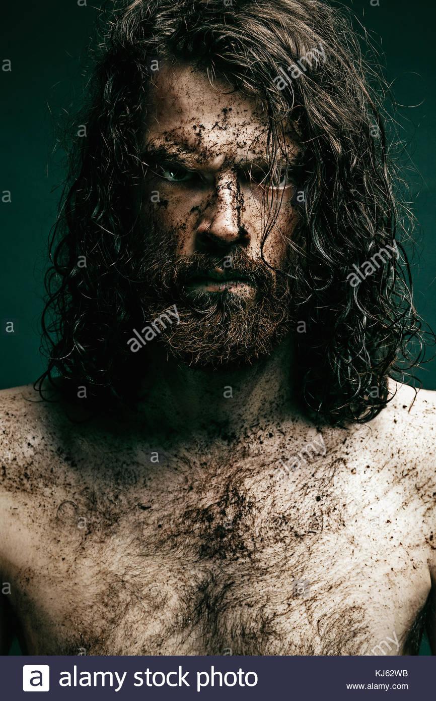 Jeune homme hirsute aux cheveux longs et la barbe Photo Stock