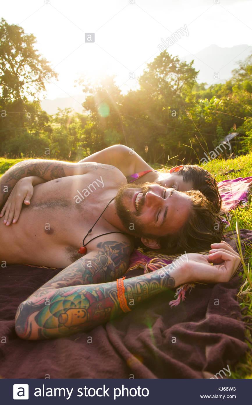 Jeune homme à la barbe en relaxant soleil Photo Stock