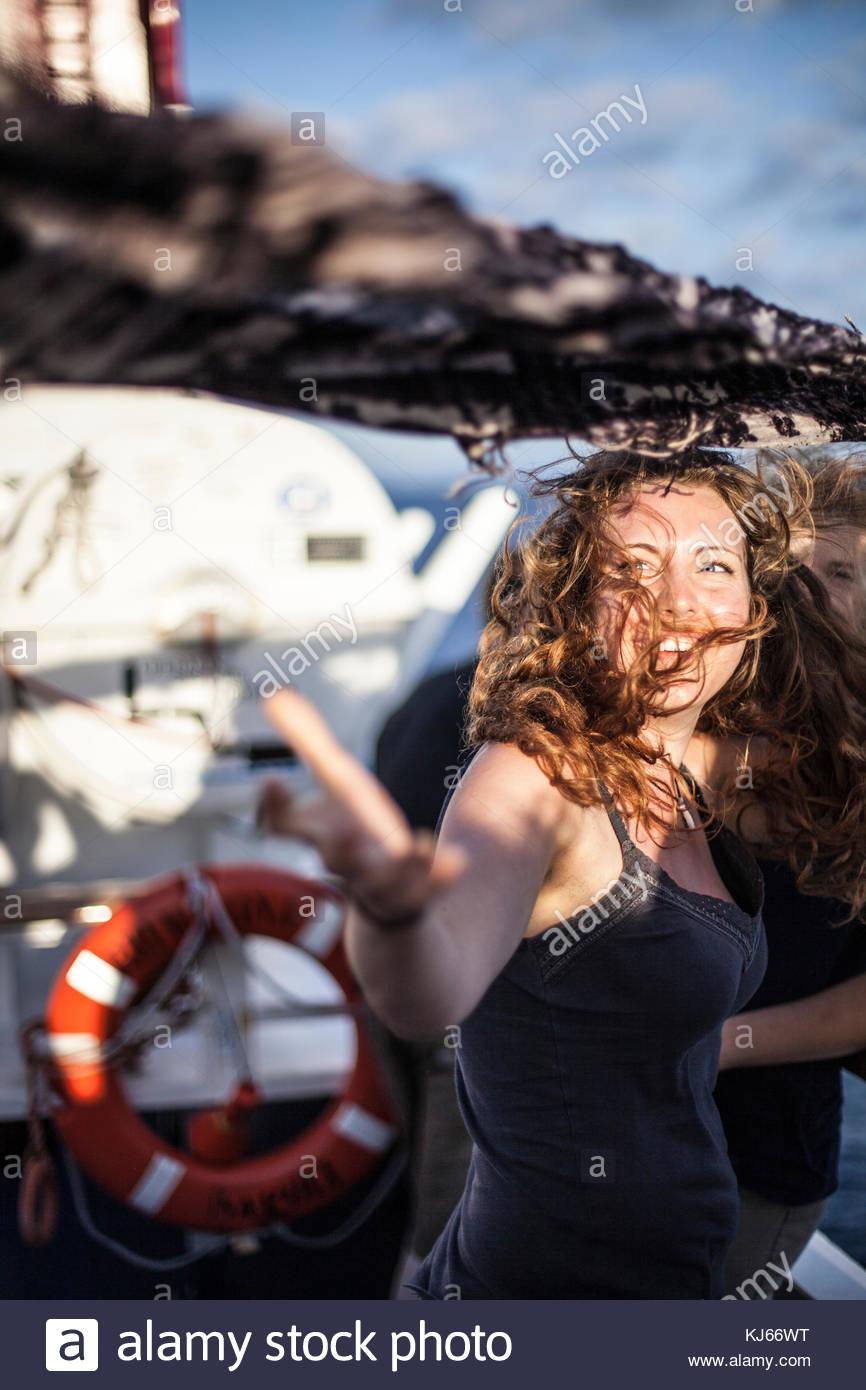 Jeune femme sur le bateau Photo Stock