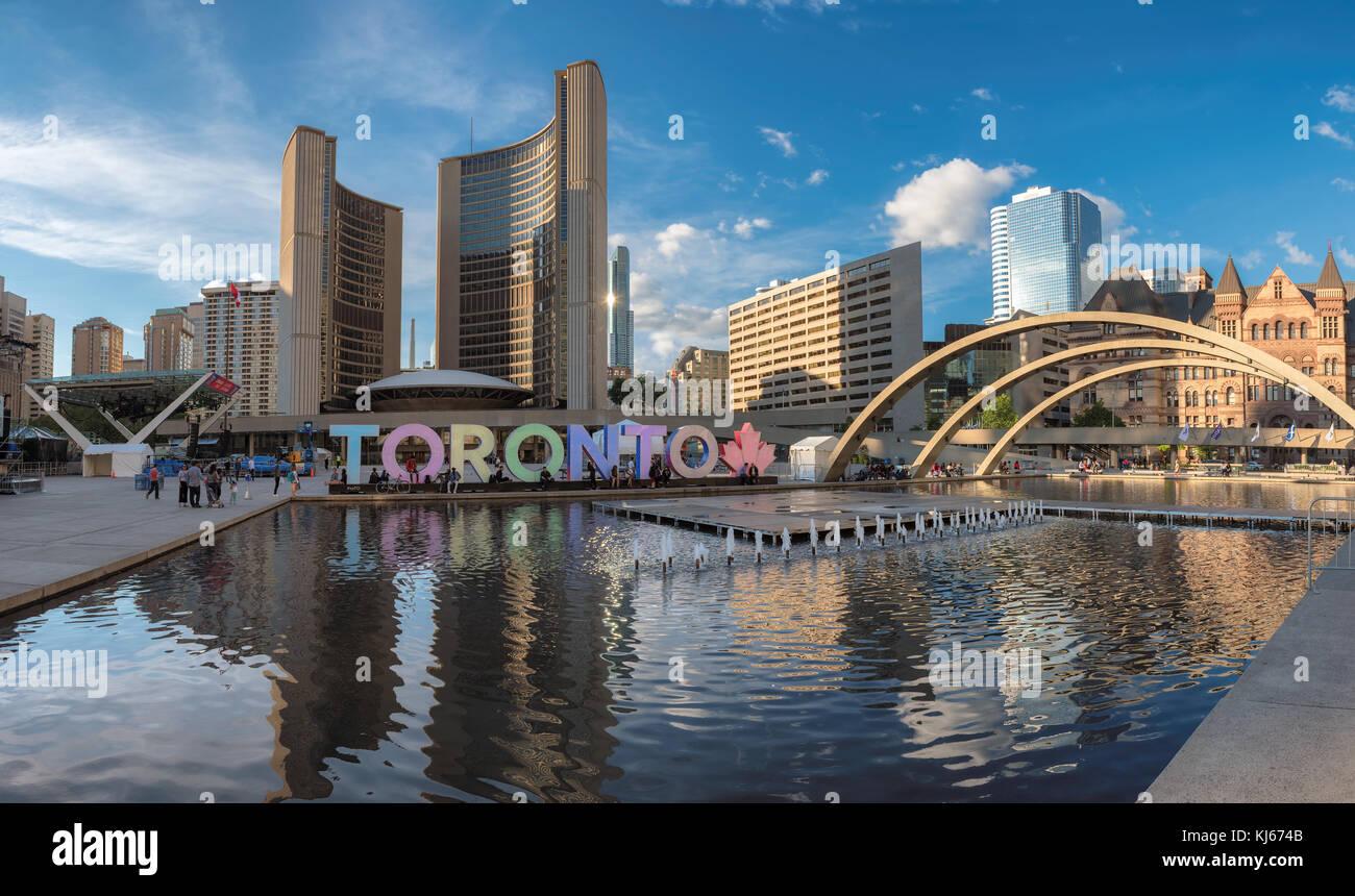 L'hôtel de ville de Toronto et Toronto signer au centre-ville au coucher du soleil Photo Stock