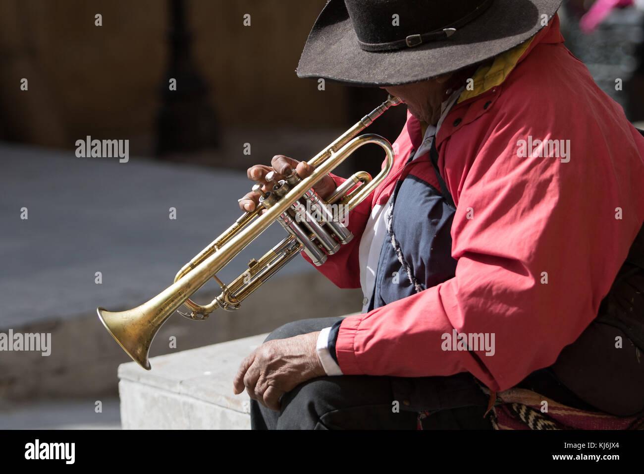 Janvier 28,2016, San Miguel de Allende, Mexique: un musicien ambulant effectuant onn sa trompette assis sur Photo Stock