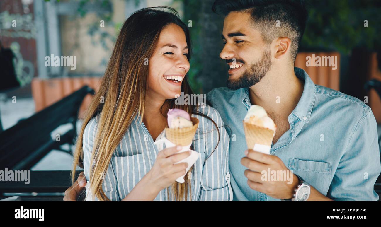 Couple heureux d'avoir la date et l'eating ice cream Photo Stock