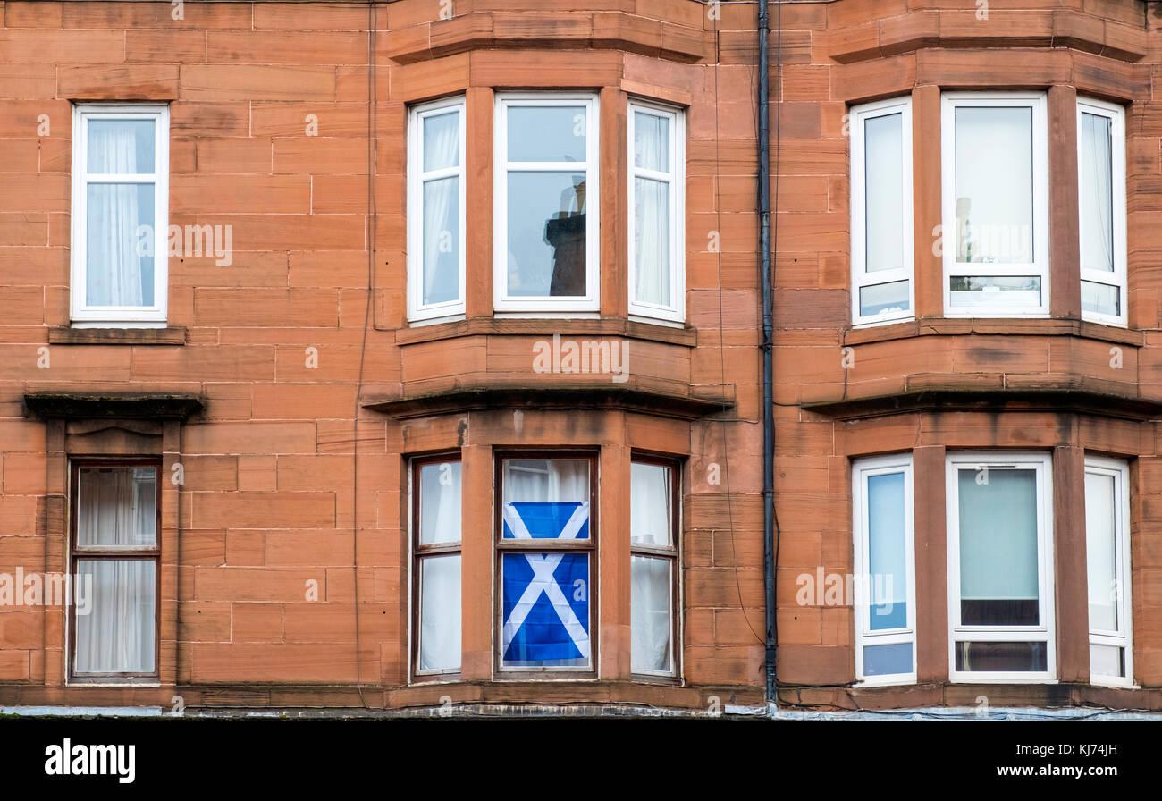 Vue typique de l'immeuble immeuble avec drapeau écossais dans la fenêtre à govanhill district Photo Stock
