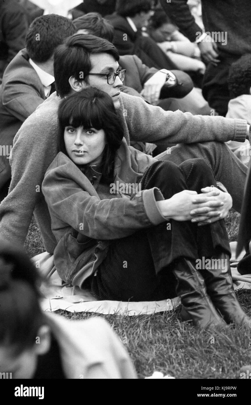 Philippe gras / le pictorium - mai 1968 - 1968 - France / Ile-de-France (région) / paris - un couple assis sur l'herbe. Banque D'Images