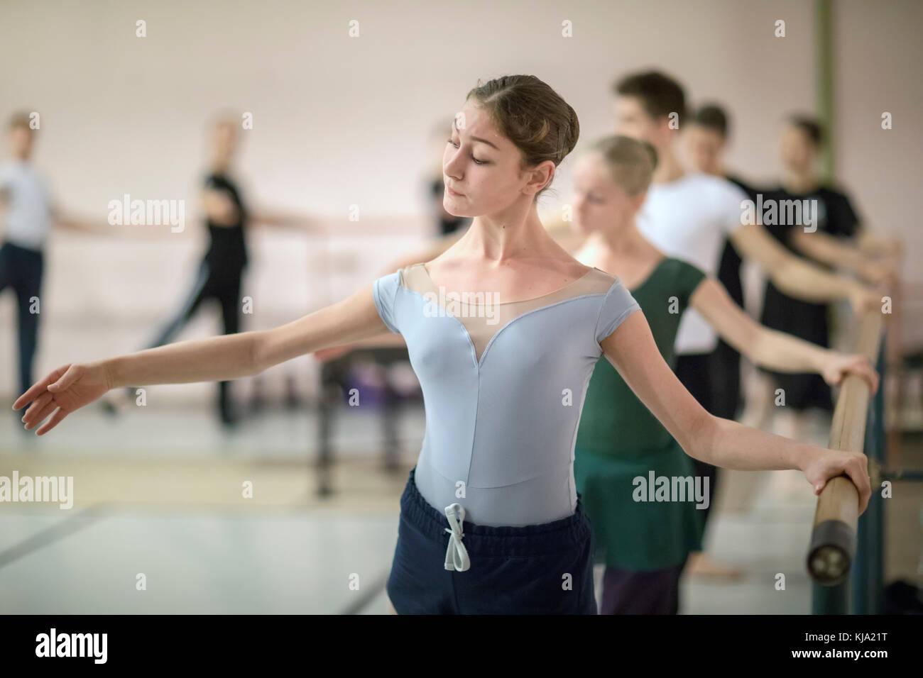Les participants du concours de ballet russe pratiquant au bar avant de commencer à danser sur une scène Photo Stock