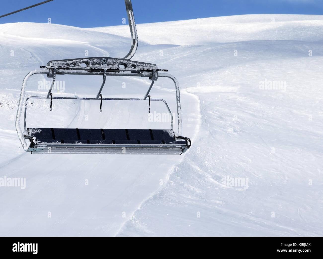pente de ski t l si ge avec chute de neige sur ski resort et ciel bleu au soleil soir. Black Bedroom Furniture Sets. Home Design Ideas