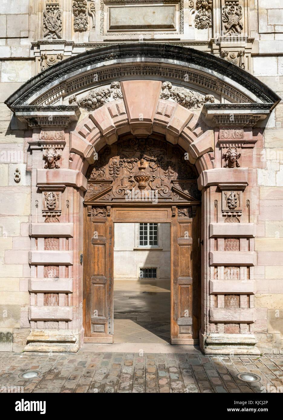 Porte sculptée du 17thc Hotel de vogue sur la Rue de la Chouette, quartier Notre Dame, Dijon, Côte-d'Or, Photo Stock