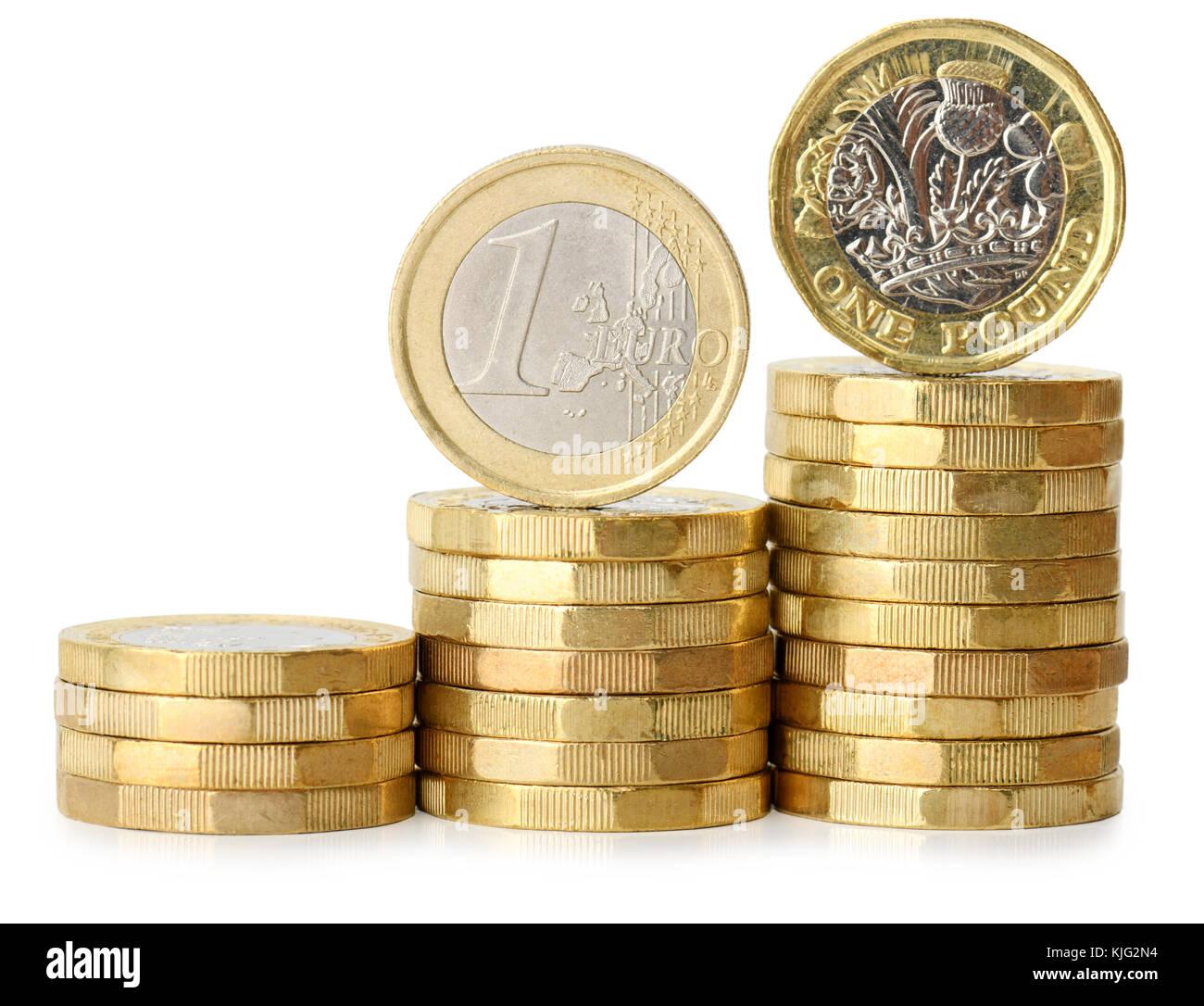 L'augmentation de pile de pièces avec un euro et d'une livre coin isolé sur fond blanc Banque D'Images
