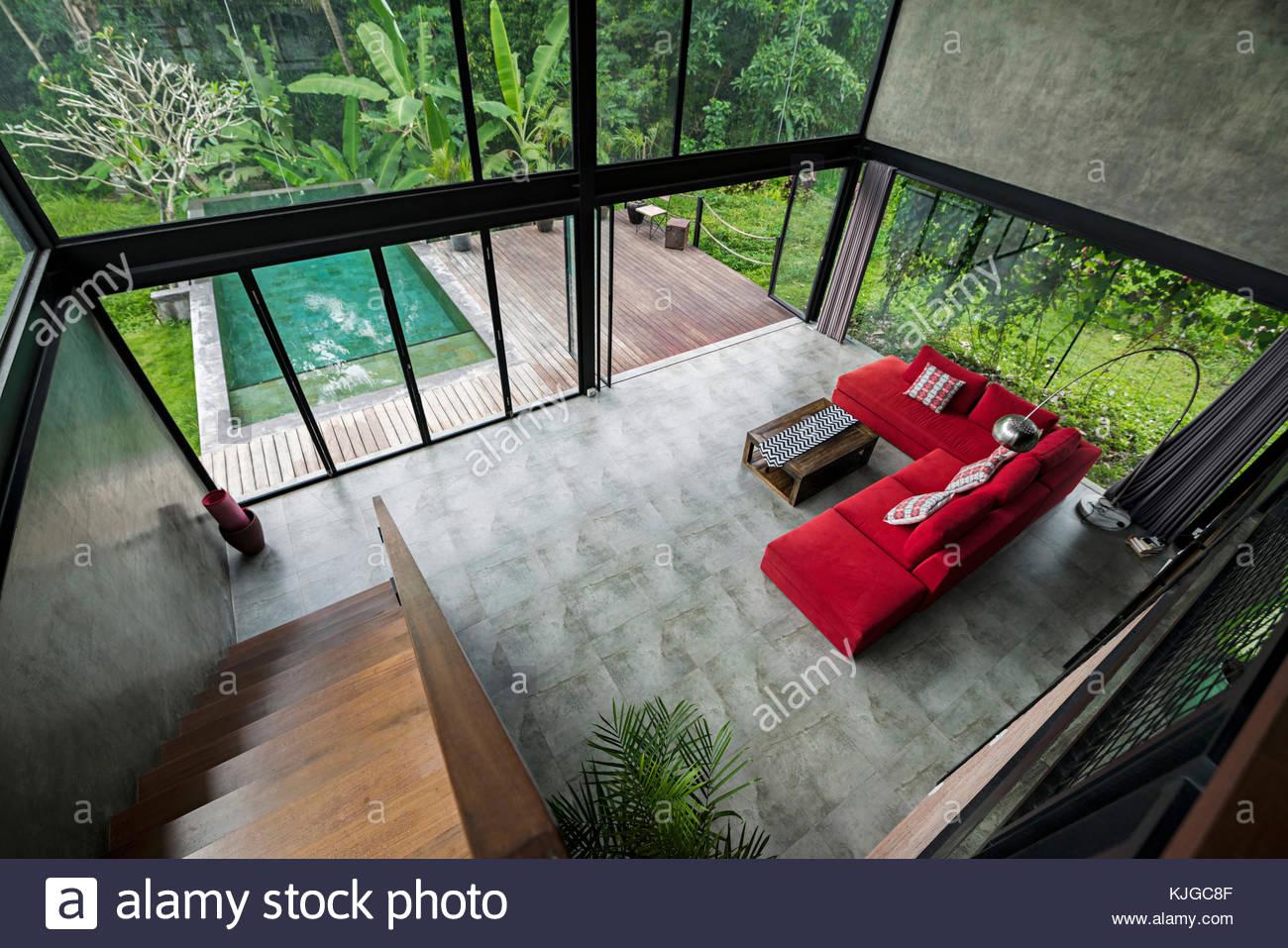 Minimaliste moderne salon avec canapé rouge design ...