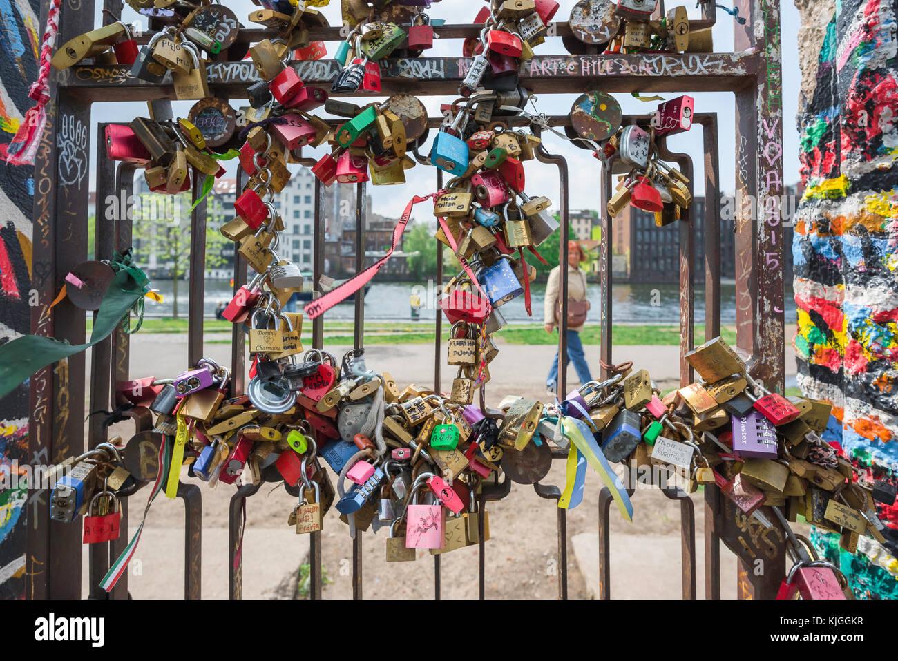 Mur de Berlin East Side Gallery, une porte couverte dans des couleurs dans une section du mur de Berlin à Friedrichshain, Photo Stock