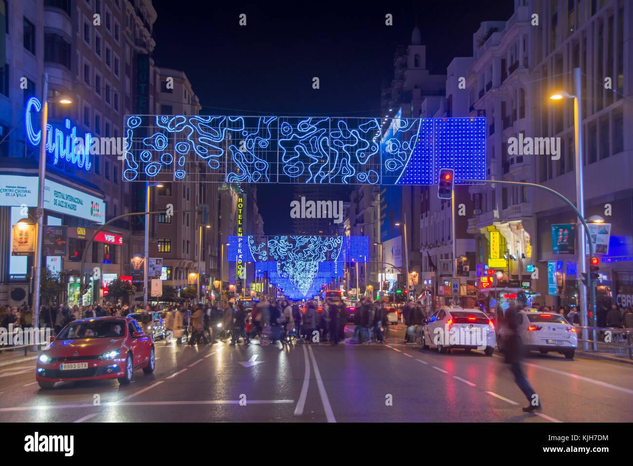 Madrid, Espagne. 24 novembre, 2017. Les gens se rassemblent pour regarder un arbre de Noël traditionnel éclairage Photo Stock