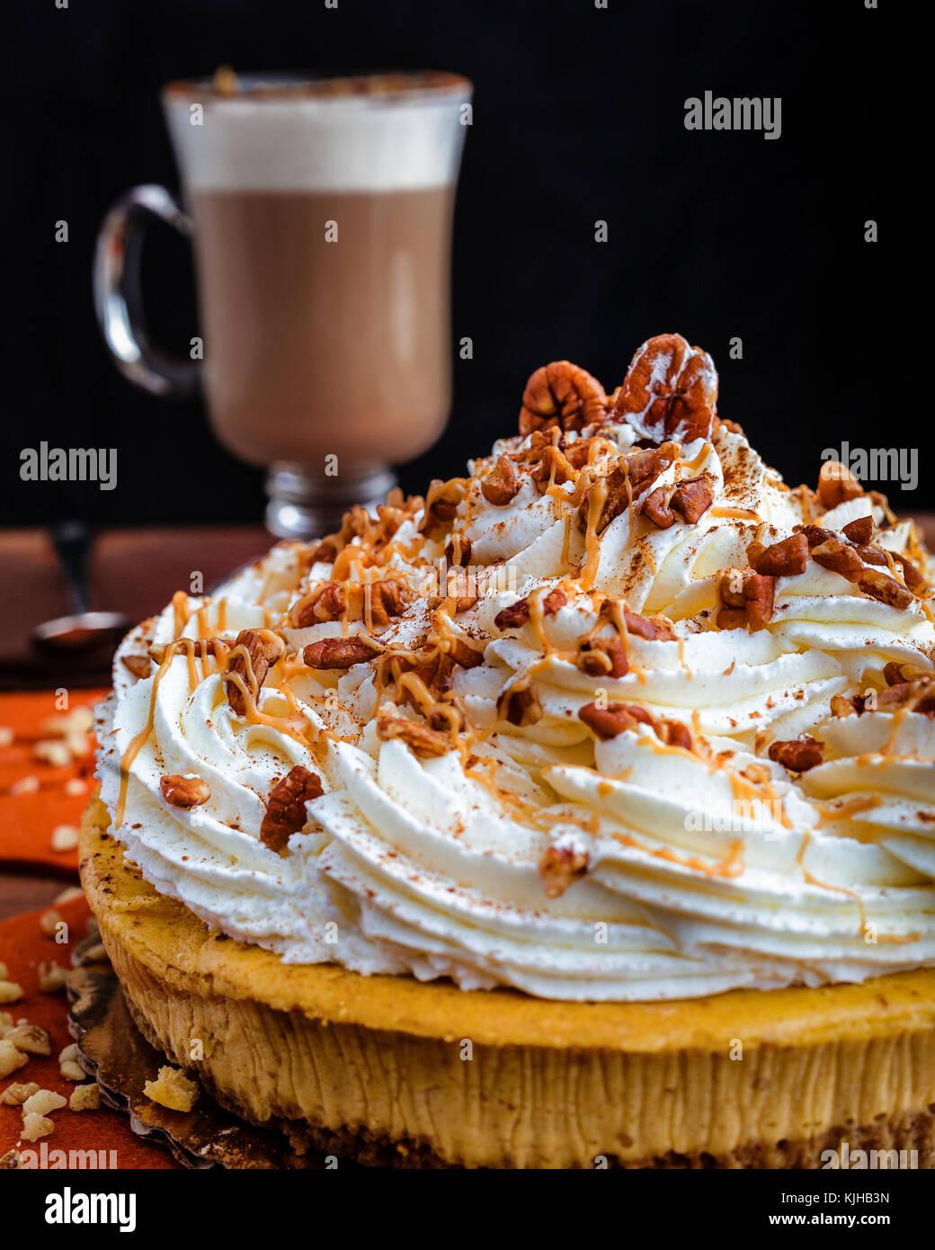 Profitez de l'action de grâce avec un gâteau au fromage à la citrouille et une tasse de café Photo Stock