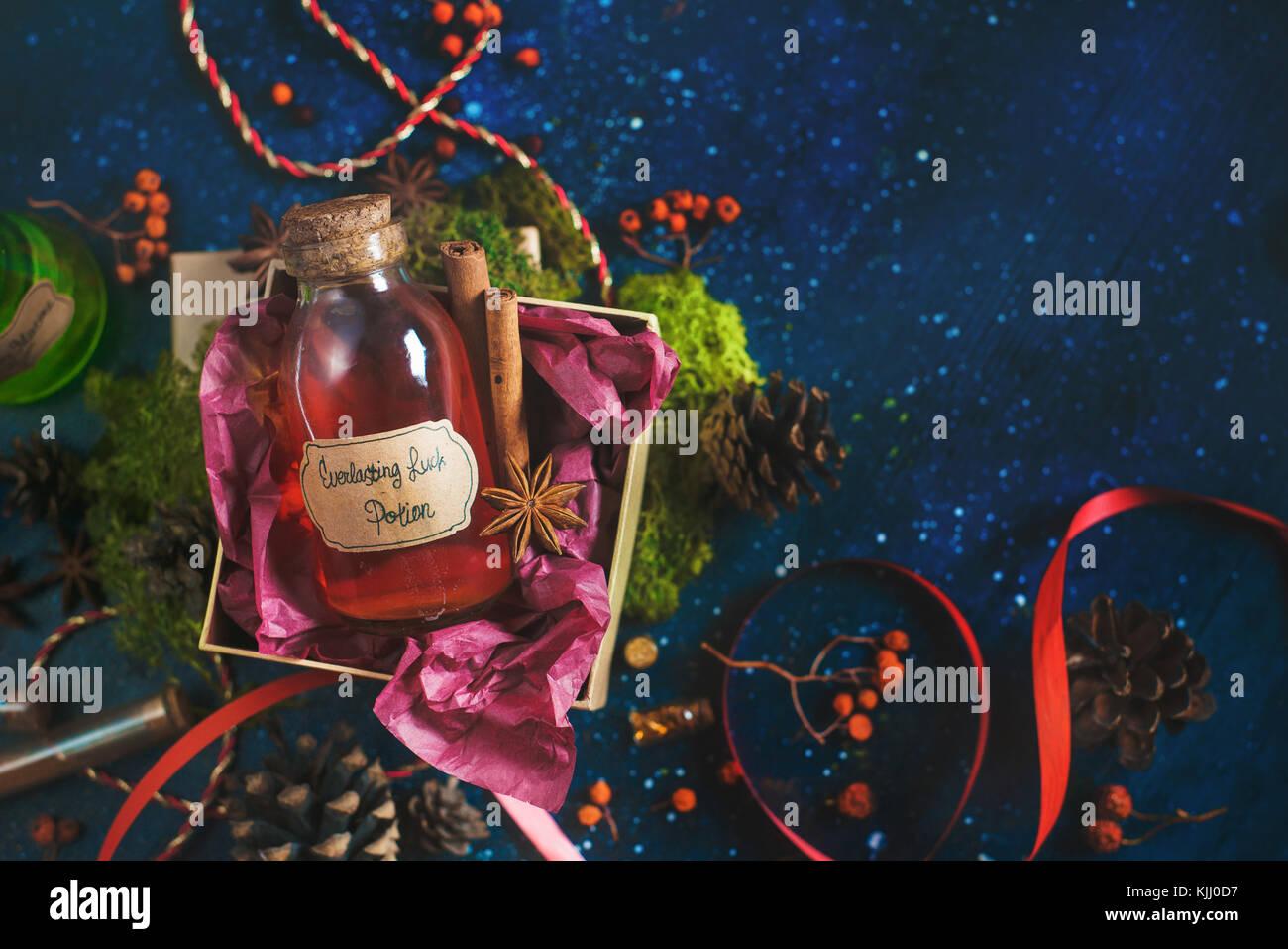 Présent fort avec une bouteille de potion magique de chance. encore la vie avec les bouteilles de potion, d'ingrédients Photo Stock