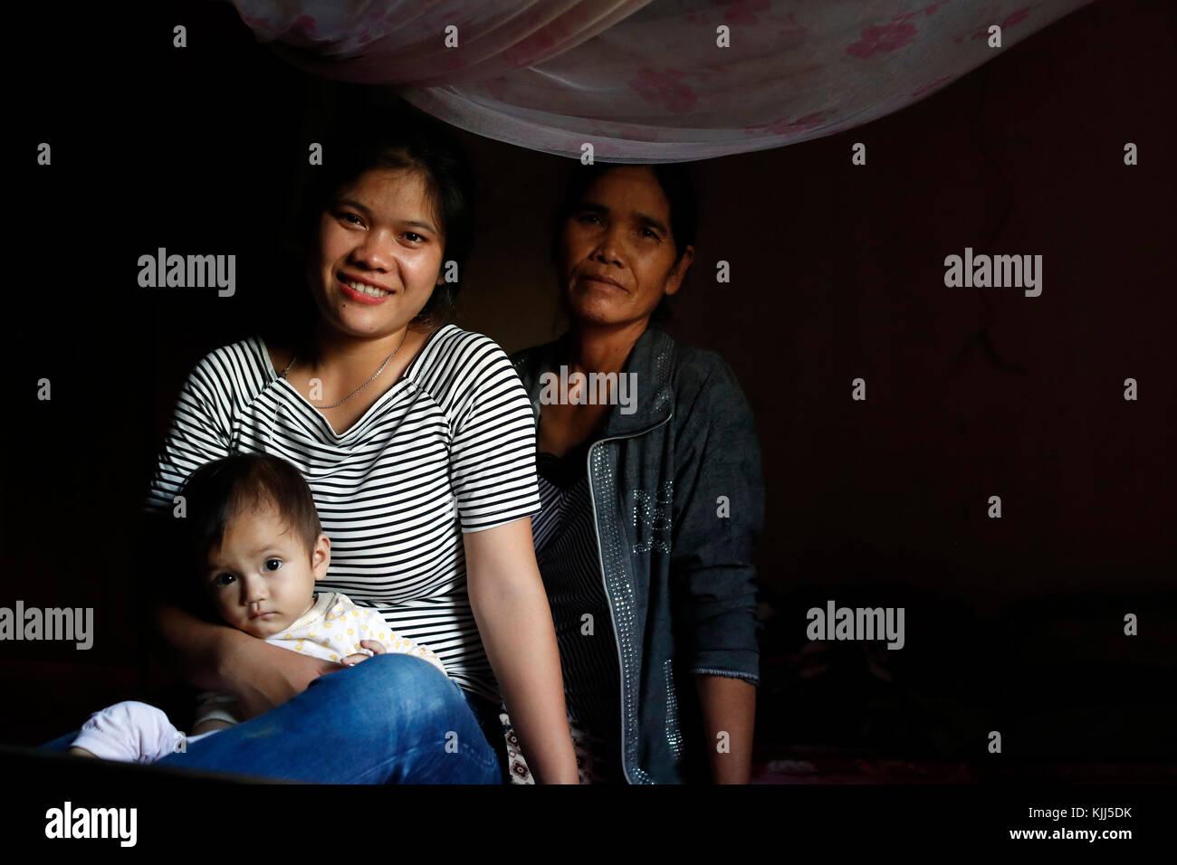 Fils, mère et grand-mère. Générations d'arbres. Kon Tum. Le Vietnam. Photo Stock