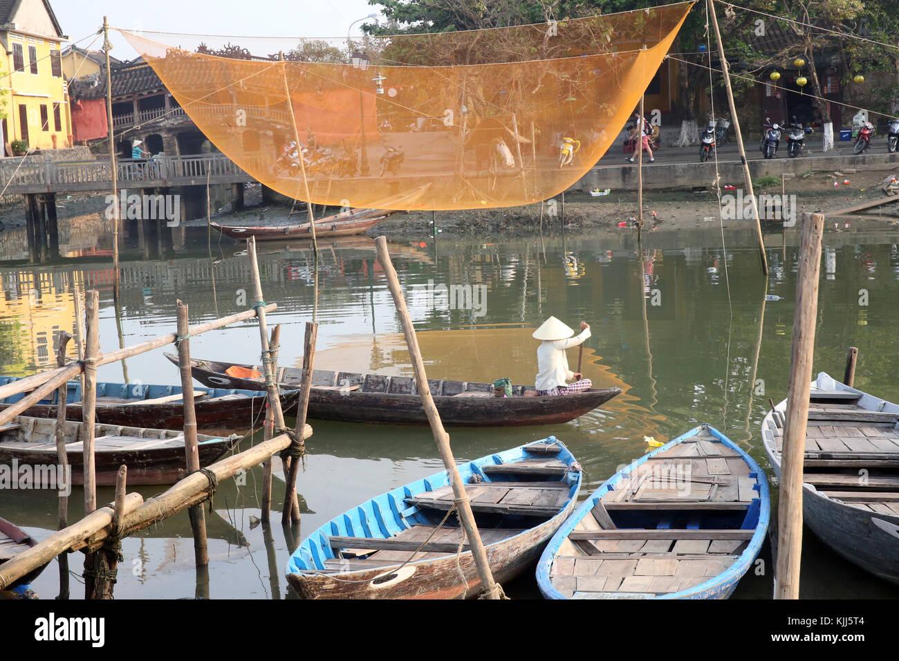 Filet de pêche vietnamiens suspendue sur la rivière Thu Bon. Hoi An. Le Vietnam. Photo Stock