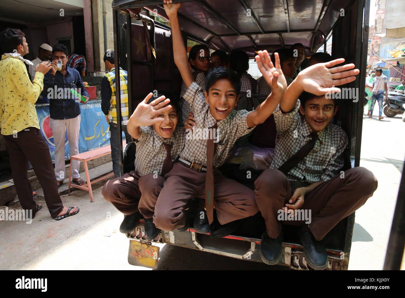 Ajmer collégiens forme à partir d'un véhicule. L'Inde. Photo Stock