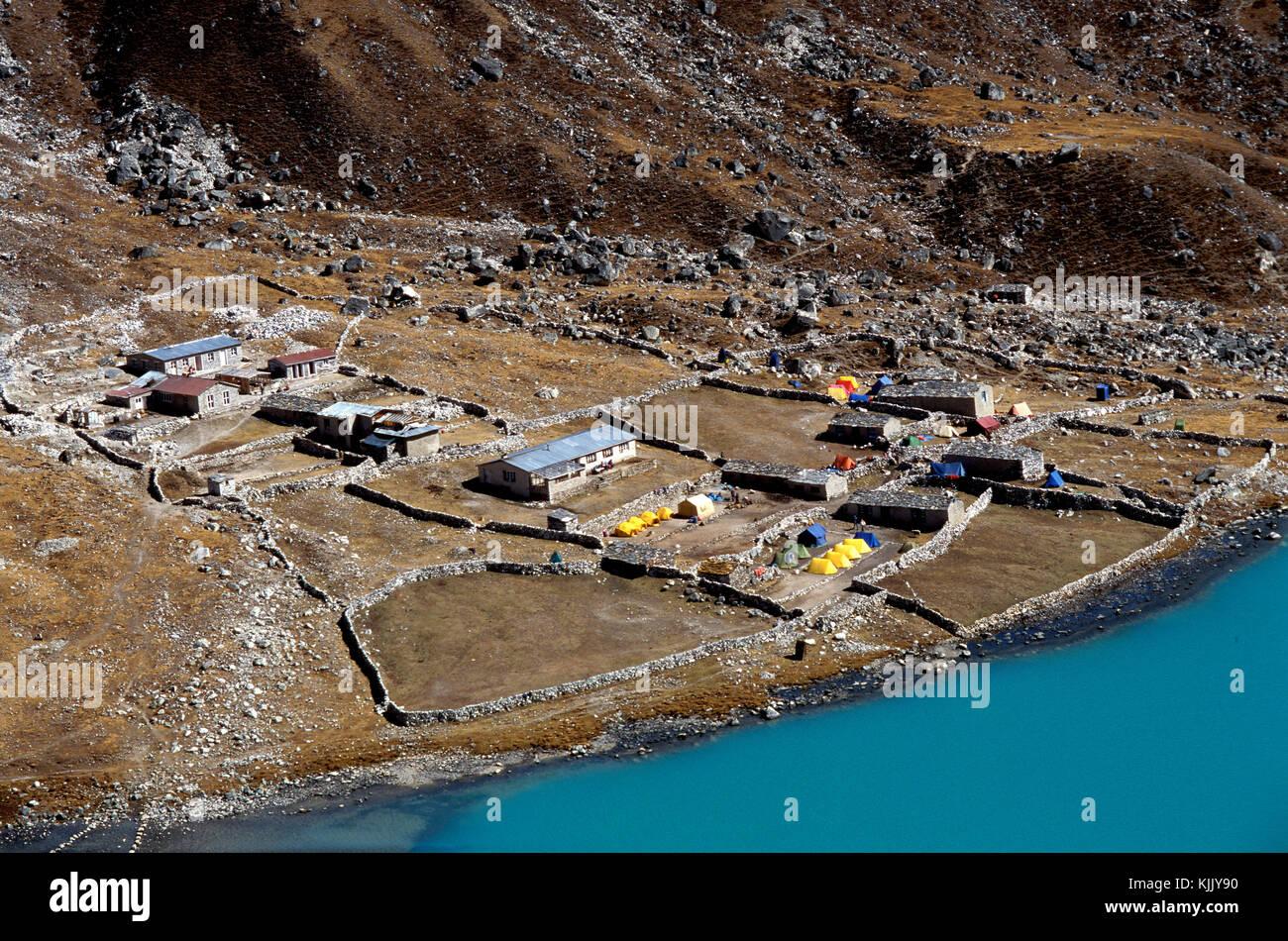 Lac Gokyo et camp, Solu Khumbu. Le Népal. Photo Stock