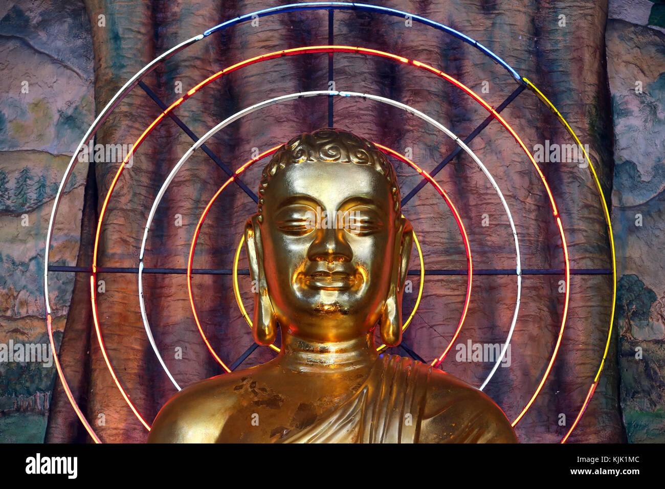 Linh Phuoc pagode bouddhiste. L'image de Bouddha avec néon rond. Dalat. Le Vietnam. Photo Stock