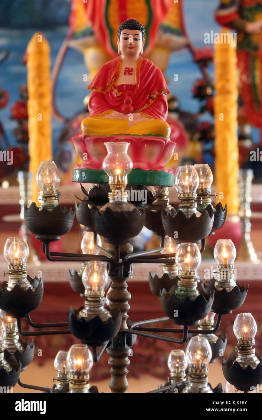 Chua Thiep pagode bouddhiste depuis longtemps. Lampes à huile avant Bouddha. Thay Ninh. Le Vietnam. Photo Stock