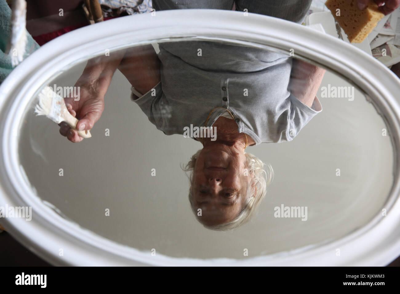 La femme peinture reflet dans un miroir. La France. Photo Stock